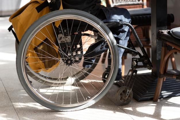 Close-up gehandicapte man in rolstoel