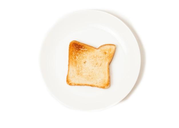 Close-up geïsoleerd schot van vers gebakken toast op witte schotel