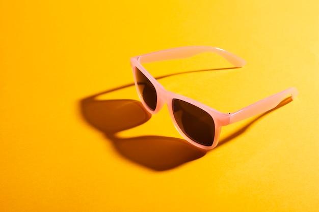 Close-up gekleurde zonnebril met schaduw