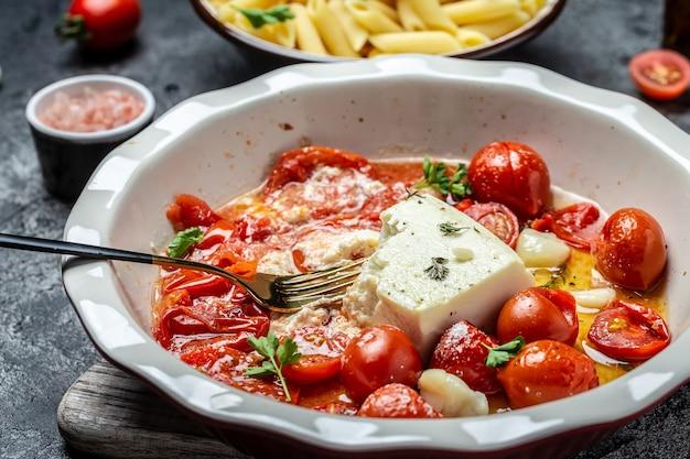 Close-up gekookt gebakken zelfgemaakte feta pasta, oven gebakken cherrytomaatjes feta kaas