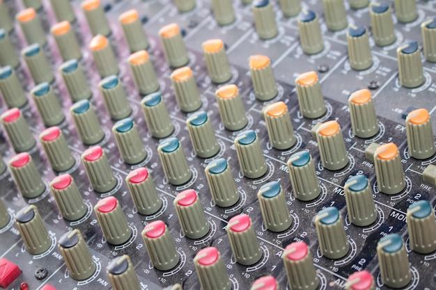 Close-up geluidsmixer met knoppen