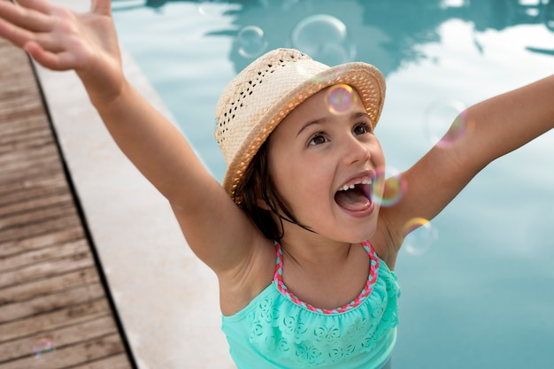 Close-up gelukkig meisje bij zwembad