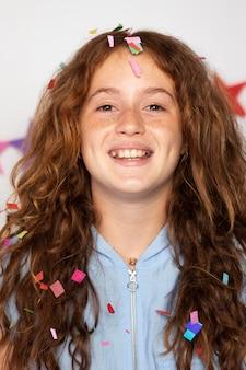 Close-up gelukkig meisje met confetti