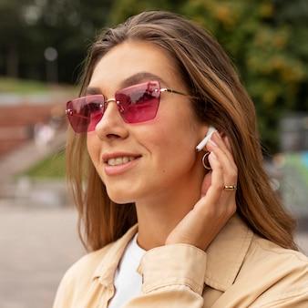 Close-up gelukkig meisje met oortelefoons