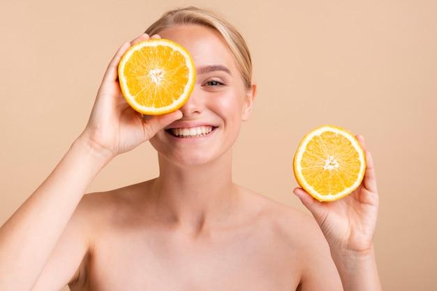 Close-up gelukkig model met sinaasappel