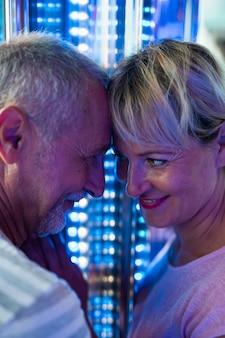 Close-up gelukkig paar dat een romantisch ogenblik heeft
