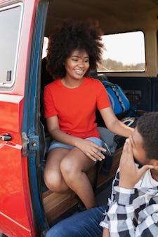 Close-up gelukkig paar met busje