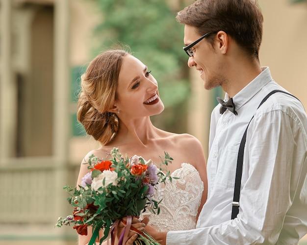 Close-up. gelukkige bruid en bruidegom tegen hun nieuwe huis