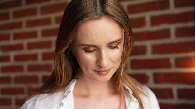 Close-up gelukkige jonge vrouw die een casual wit overhemd draagt