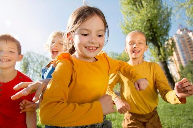 Close-up gelukkige kinderen buitenshuis