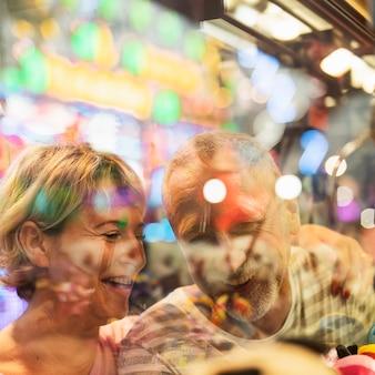 Close-up gelukkige mensen achter venster