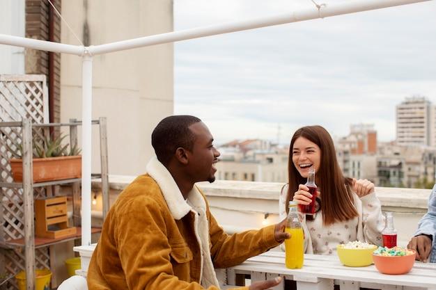 Close-up gelukkige mensen met drankjes en snacks