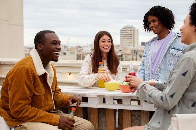 Close-up gelukkige mensen met drankjes
