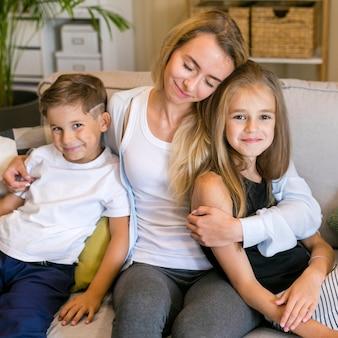 Close-up gelukkige moeder met haar kinderen