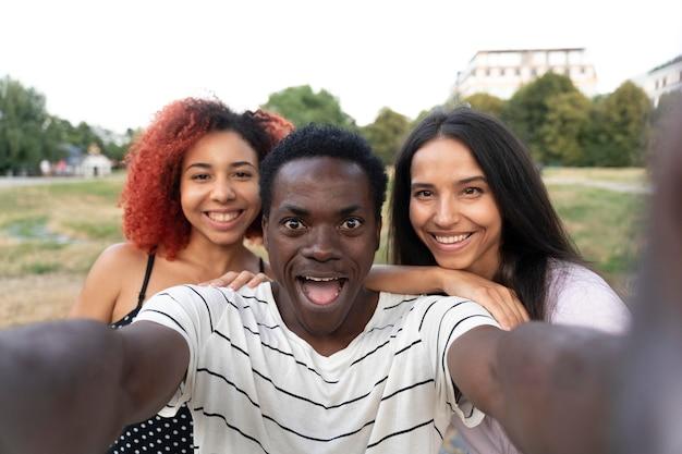 Close-up gelukkige vrienden die samen poseren