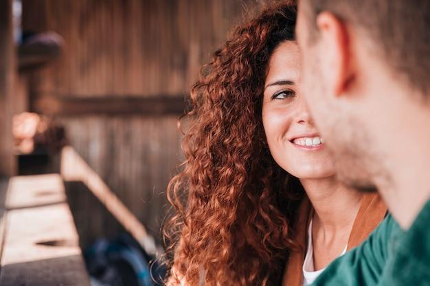 Close-up gelukkige vrouw die de mens bekijken