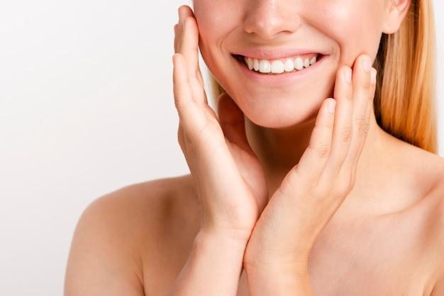 Close-up gelukkige vrouw met brede glimlach