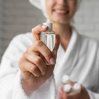 Close-up gelukkige vrouw met kleine fles