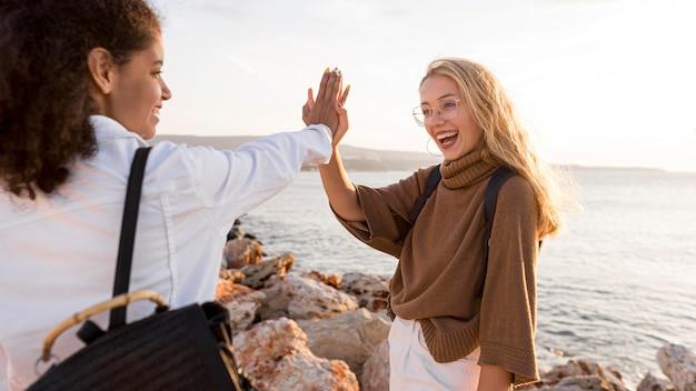 Close-up gelukkige vrouwen bij strand
