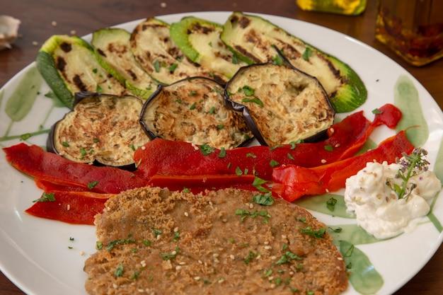 Close-up gepaneerde seitan-noten met gegrilde groenten. gezond veganistisch eten