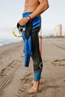 Close-up geschikte zwemmer die zich op strand bevindt