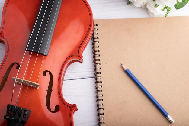 Close-up geschoten instrumentaal vioolorkest en notitieboekje