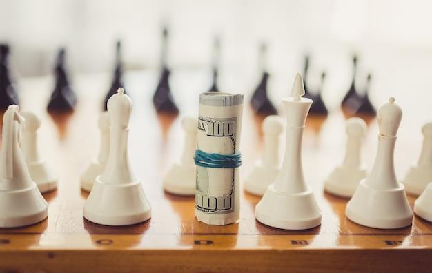 Close-up gestemd verdraaid geld dat zich op zwijn in plaats van schaakstuk bevindt