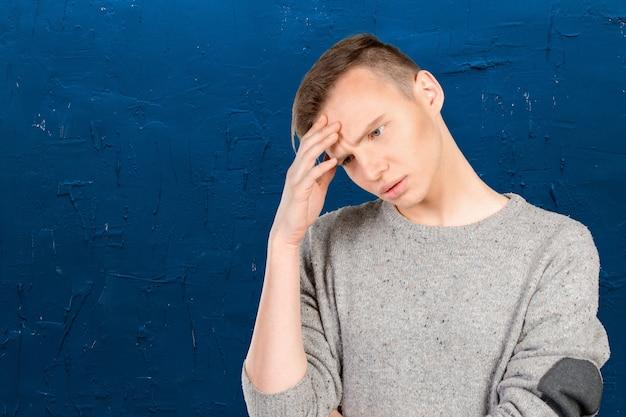 Close-up gestresste jonge man met hoofdpijn