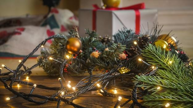 Close-up getinte afbeelding van gloeiend kerstlicht op houten vloer in de woonkamer