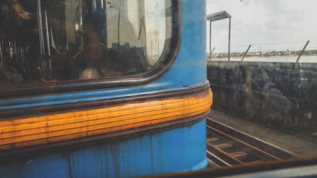 Close-up getinte afbeelding van trieste vermoeide mensen die in vuile roestige metro rijden terwijl ze naar hun werk reizen
