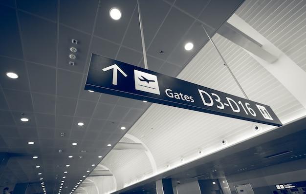 Close-up getinte opname van poortbord in luchthaventerminal