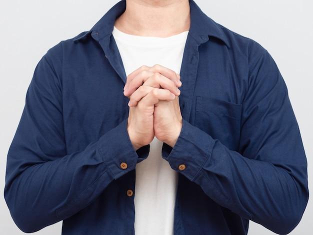 Close-up gewas lichaam man hand bidden portret witte achtergrond