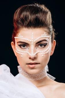 Close-up gezicht mode portret van vrouw poseren bijten haar lip over zwart