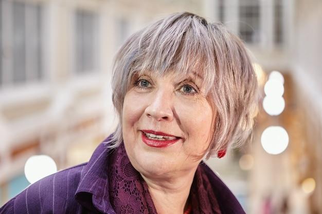 Close-up gezicht van een oudere europese vrouw in winkelcentrum.