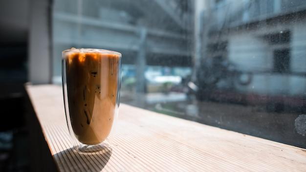 Close-up glas ijskoffie met melk op tafel