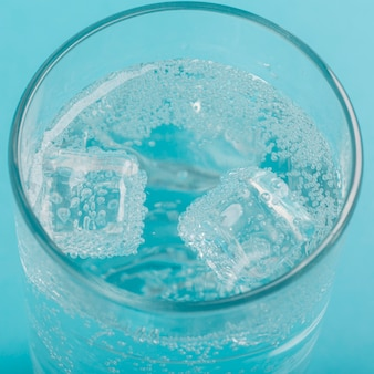 Close-up glas water en ijs