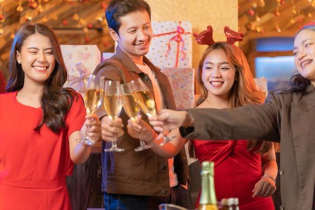 Close-up glazen rammelende champagne partij van aziatische vriend vrouwelijke en mannelijke vieren