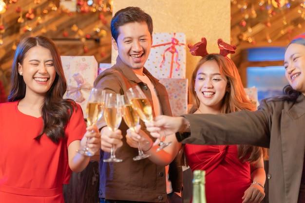 Close-up glazen rammelende glazen champagne met verlichting en glans