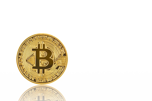 Close-up gouden bitcoin symbool op witte achtergrond
