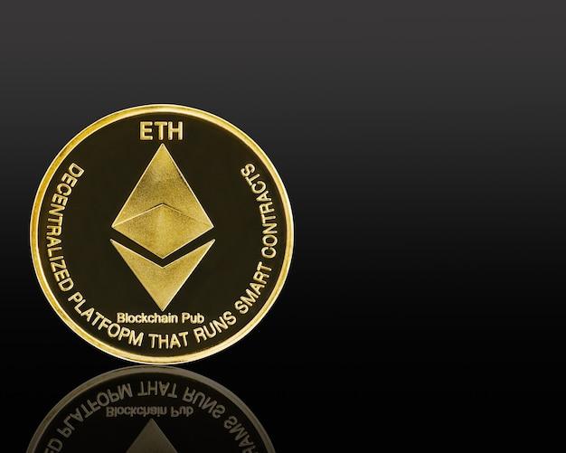 Close-up gouden ethereum symbool geïsoleerd op zwarte background