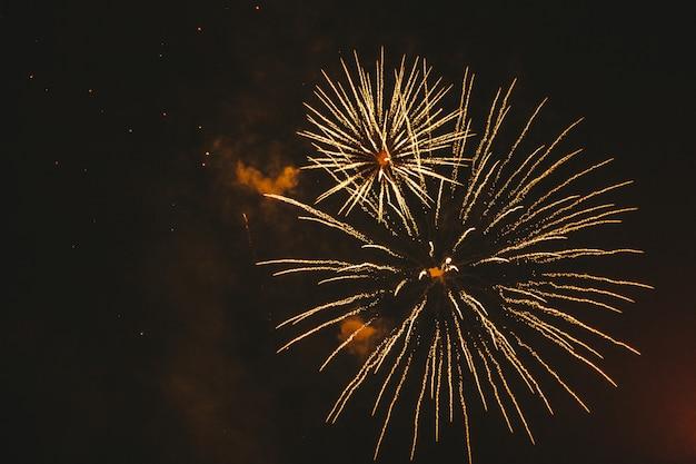 Close-up gouden feestelijk vuurwerk op een zwarte