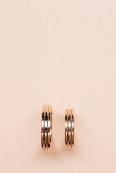 Close-up gouden verlovingsringen