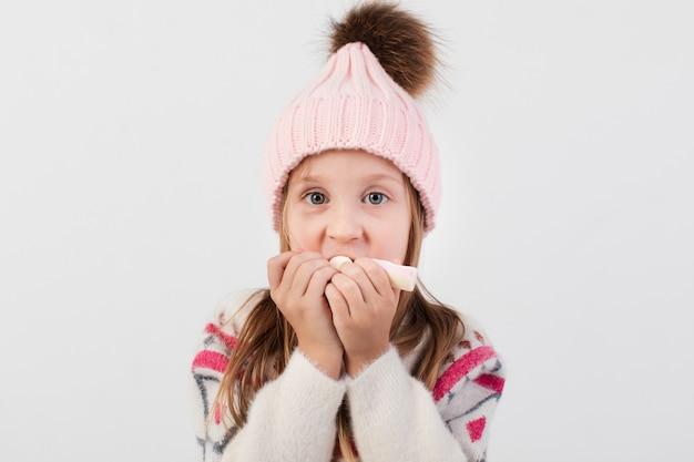 Close-up grappig meisje dat snoepjes eet