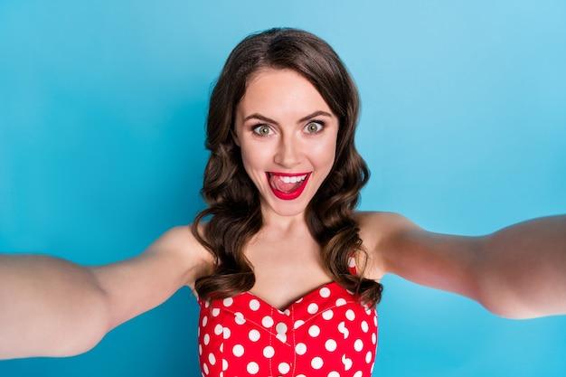 Close-up grappige dame die selfies maakt blogger steekt tong lik lippen
