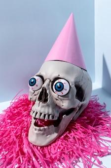 Close-up griezelig halloween-skelet met confettien