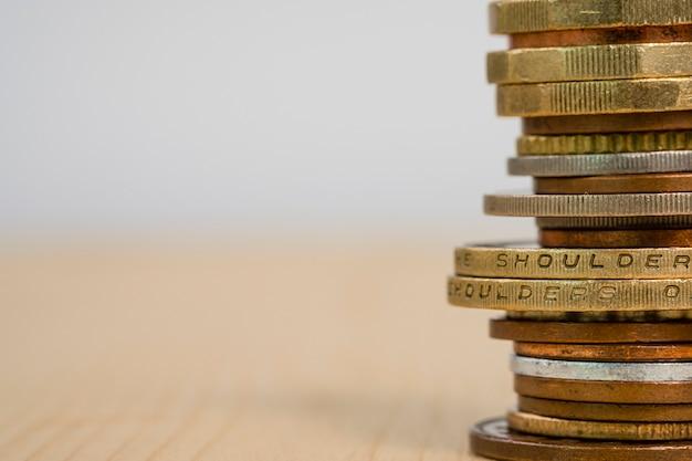 Close-up groeiende munten stapelen. besparing van investeringen en winst concept. kopie ruimte afbeelding.