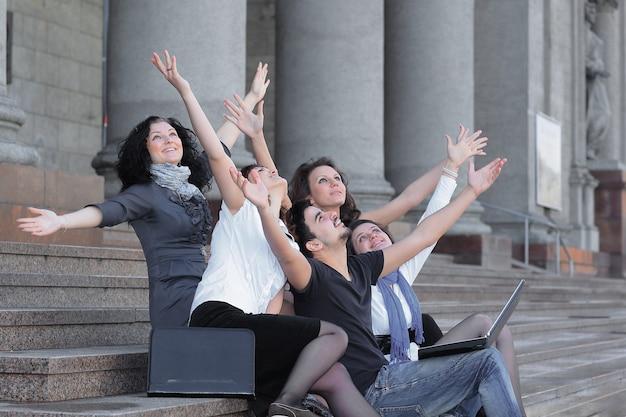 Close-up..groep gelukkige universiteitsstudenten voor universiteitsgebouw