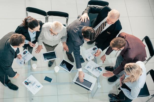 Close-up groep medewerkers die het financiële rapport bespreken