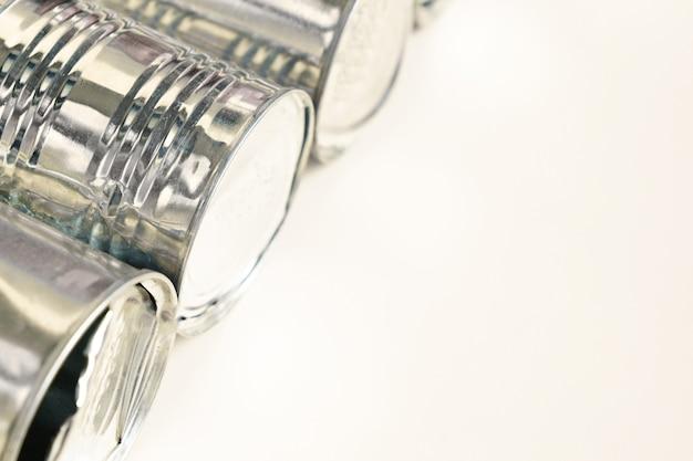 Close-up groep zilver ingeblikt voedsel op witte achtergrond met kopie ruimte. recyclingconcept