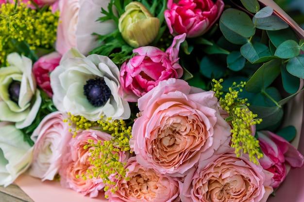 Close-up groot mooi boeket van gemengde bloemen. bloemachtergrond en behang. bloemen winkelconcept. mooi vers gesneden boeket. bloemen bezorgen